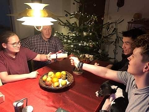 I år skulle familien have siddet fem rundt om bordet i Hirtshals.